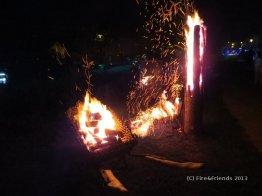 Baumfackel und brennende Schubkarre bei Feuer-Performance